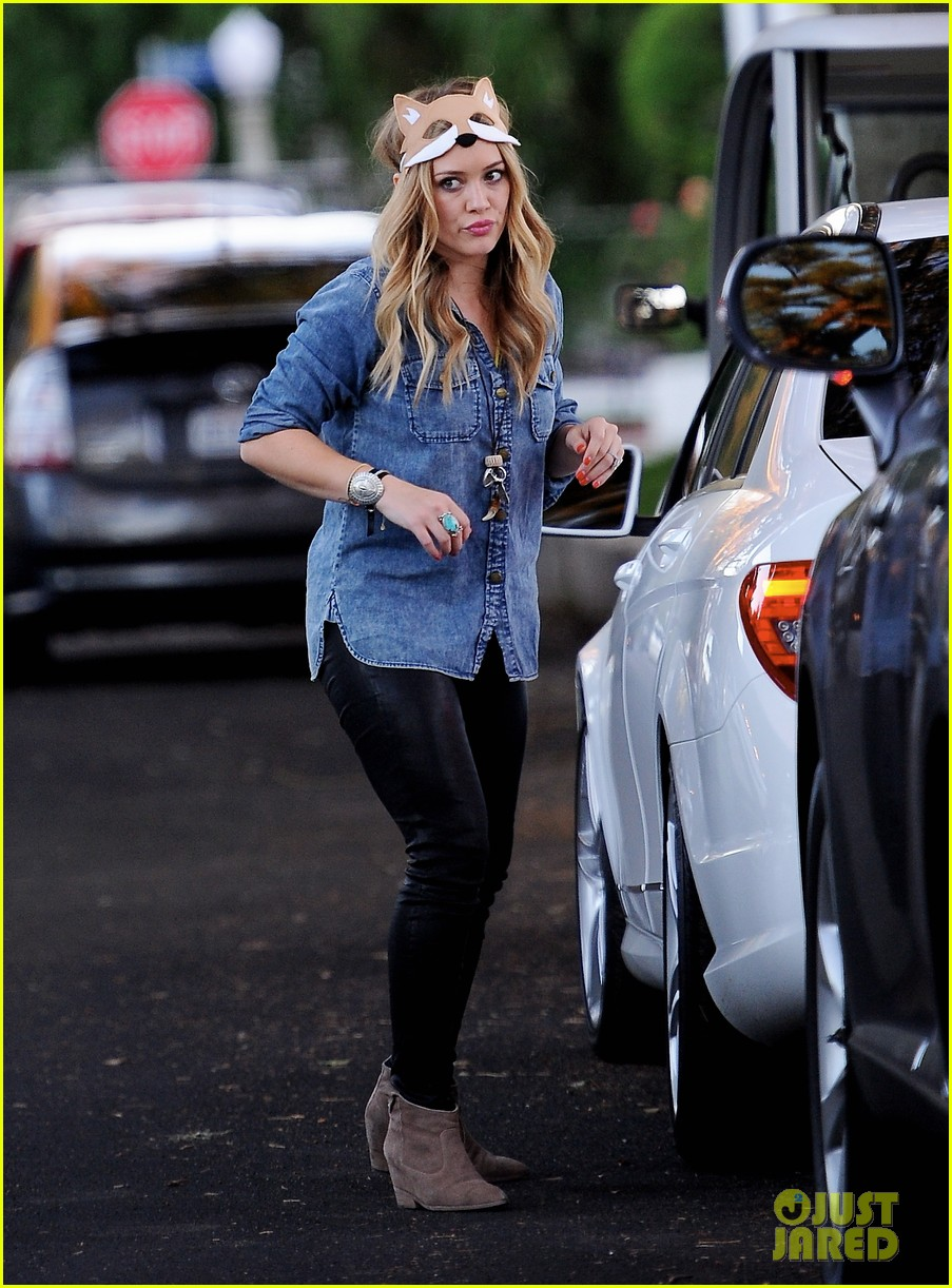 hilary duff mike comrie spent halloween with luca 032984219
