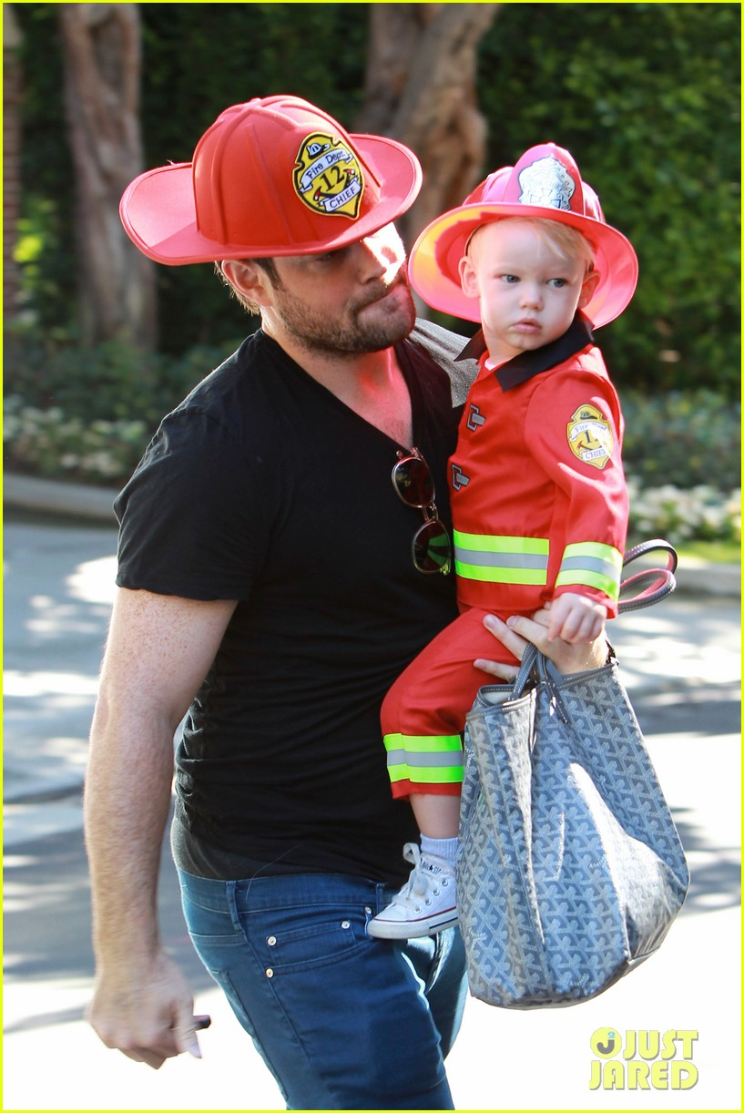 hilary duff mike comrie spent halloween with luca 042984220