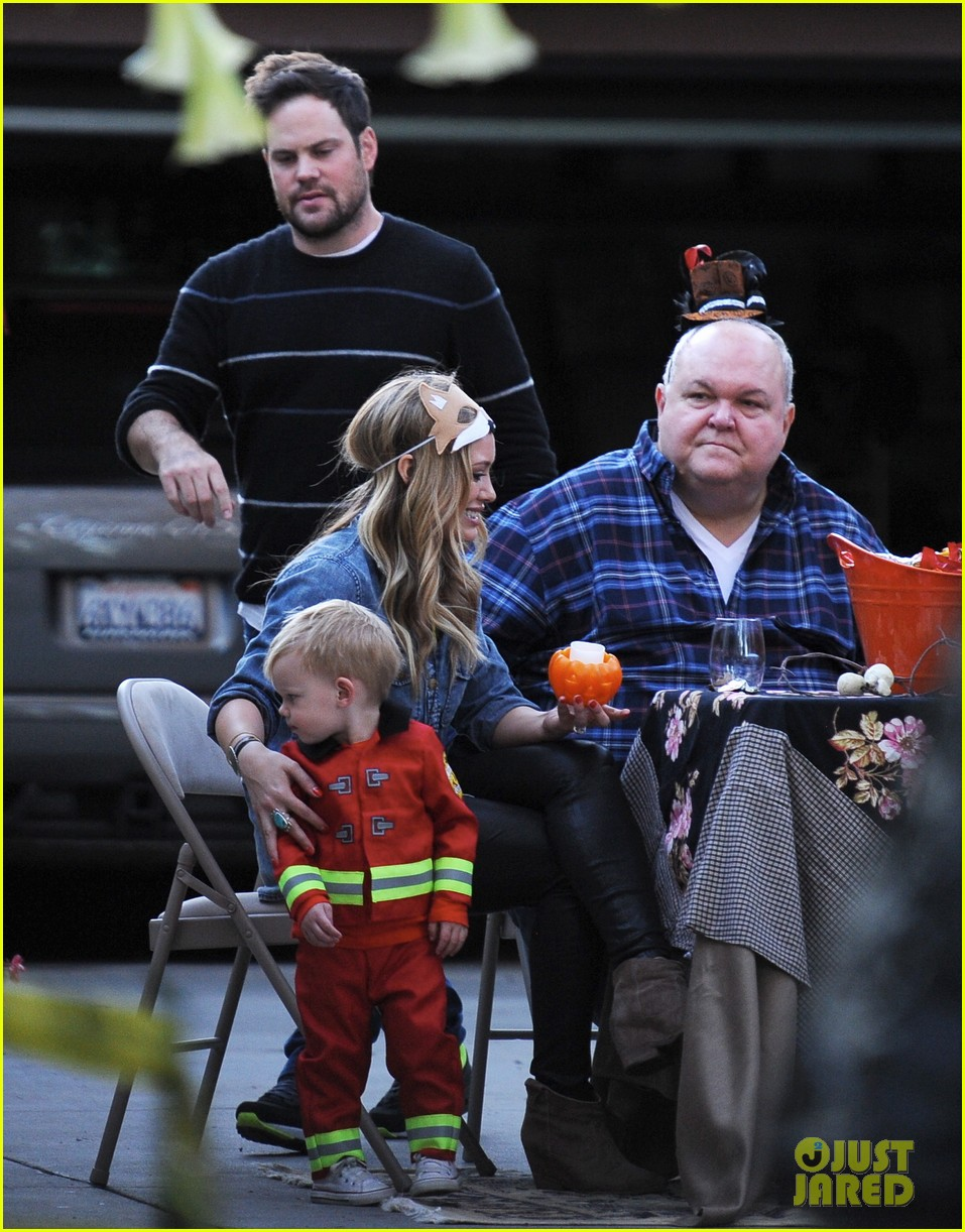 hilary duff mike comrie spent halloween with luca 052984221
