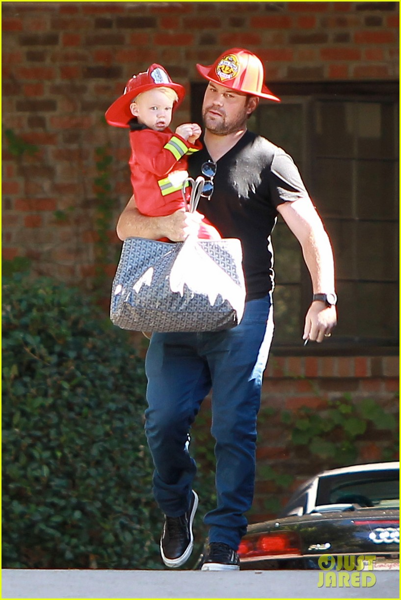 hilary duff mike comrie spent halloween with luca 06