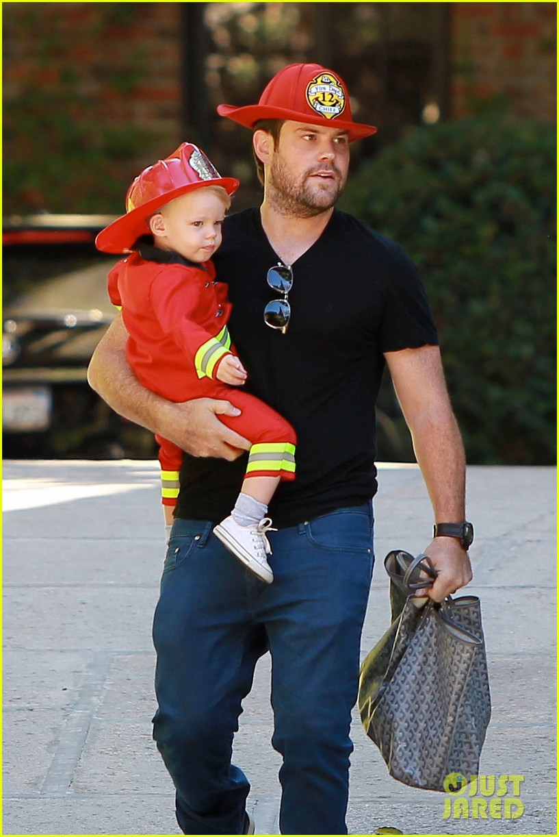 hilary duff mike comrie spent halloween with luca 072984223
