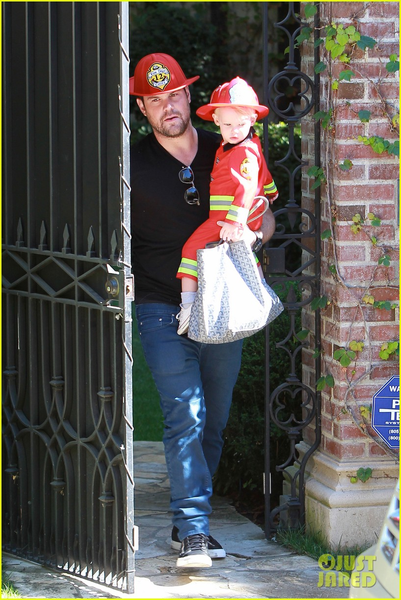 hilary duff mike comrie spent halloween with luca 082984224