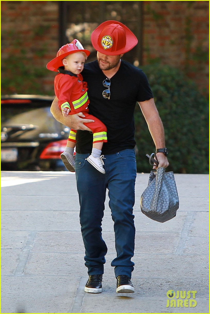 hilary duff mike comrie spent halloween with luca 152984231