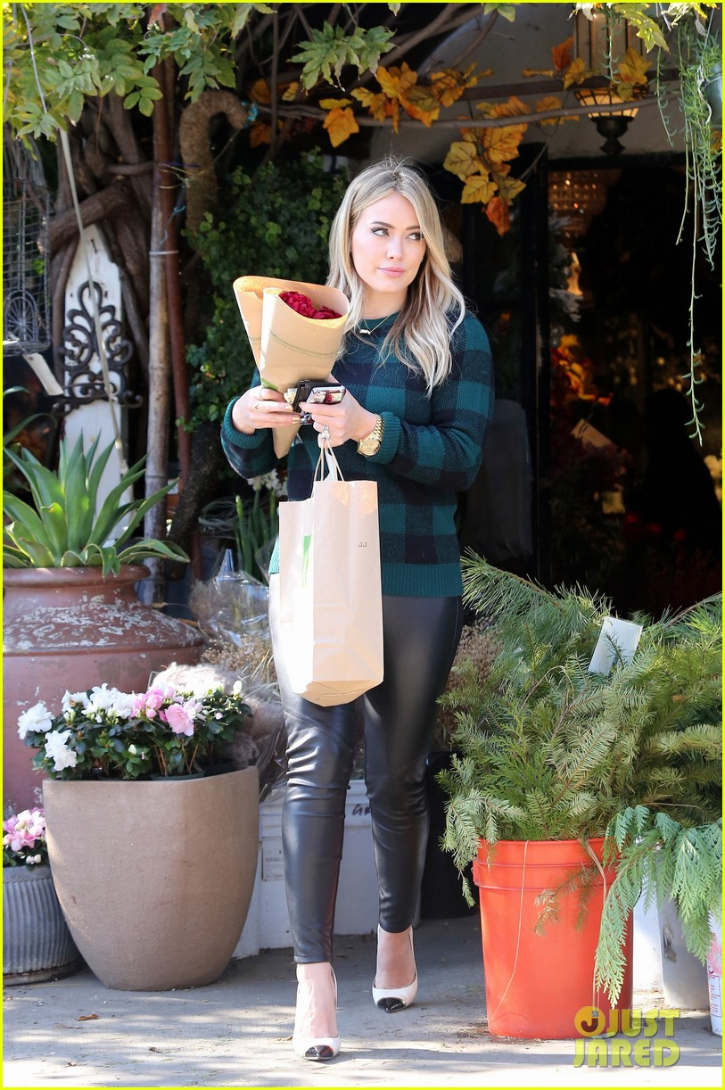 Hilary duff thanksgiving day flowers at empty vase photo hilary duff thanksgiving day flowers at empty vase reviewsmspy