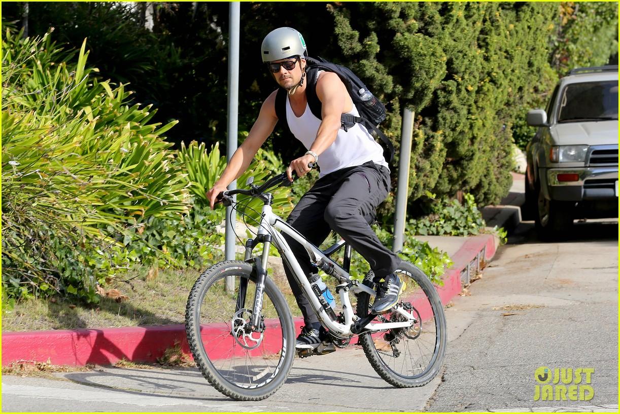 josh duhamel bares his biceps in muscle tank on bike ride 133001009