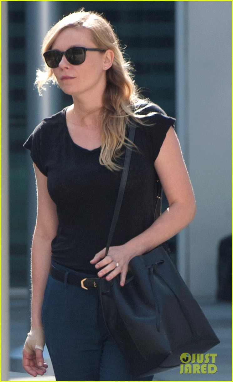 kirsten dunst continues wearing bandage on hand 022985961