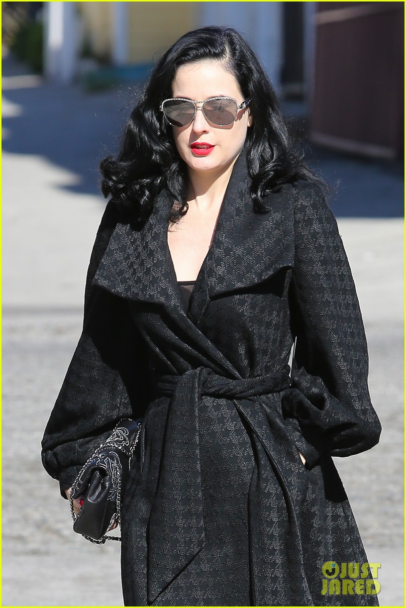 dita von teese hugos tacos for lunch 043000004