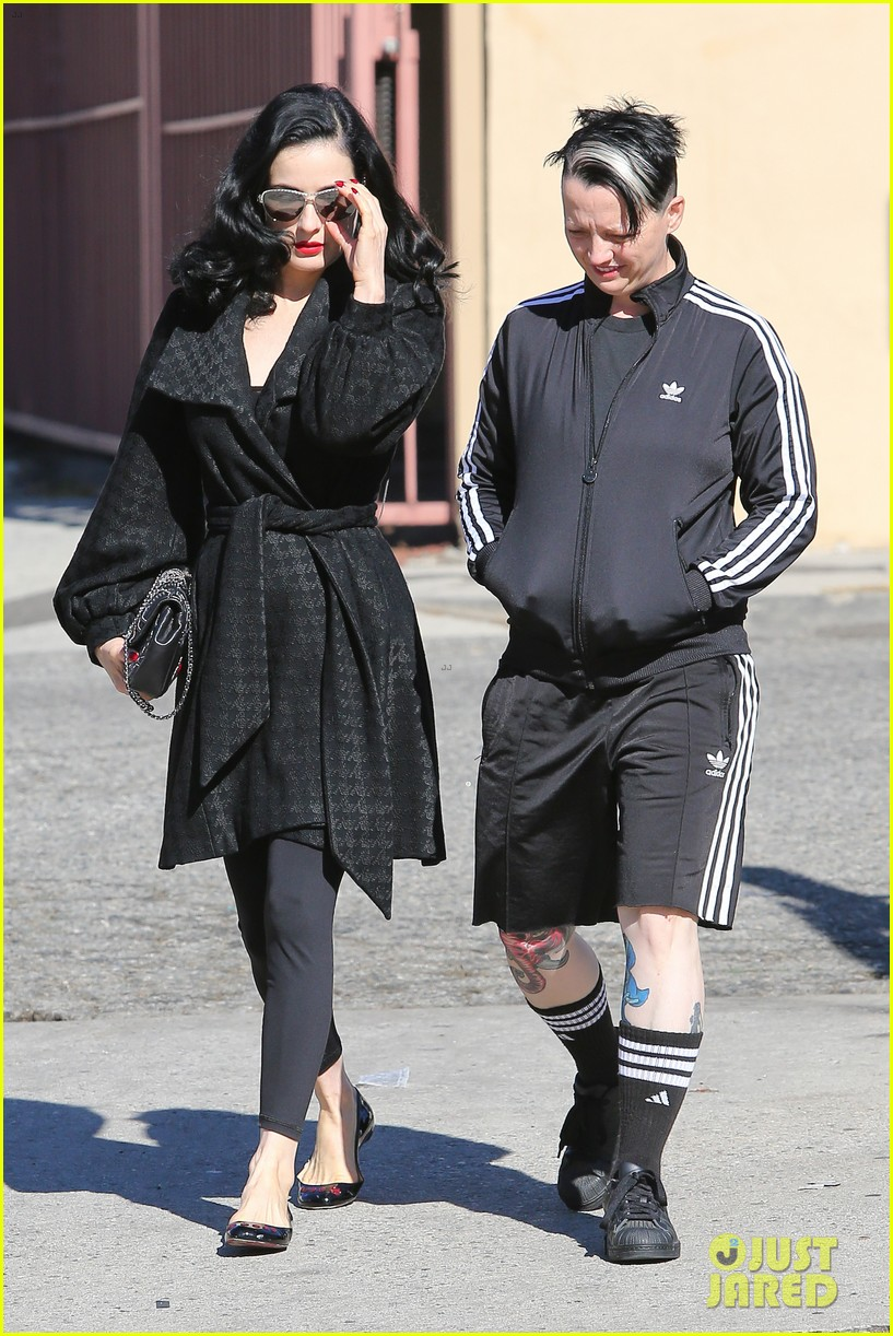 dita von teese hugos tacos for lunch 053000005