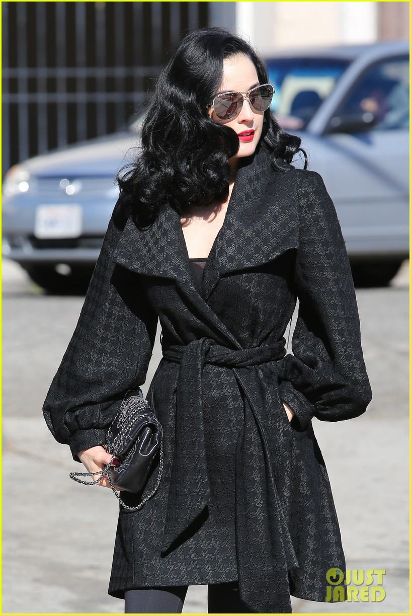 dita von teese hugos tacos for lunch 093000009