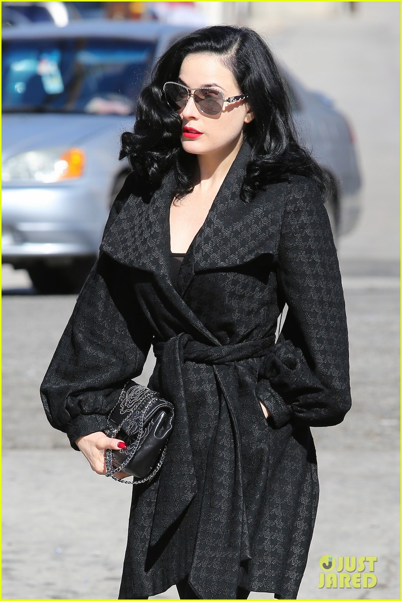 dita von teese hugos tacos for lunch 103000010