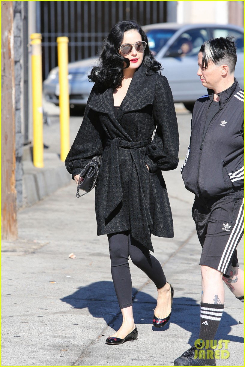 dita von teese hugos tacos for lunch 11