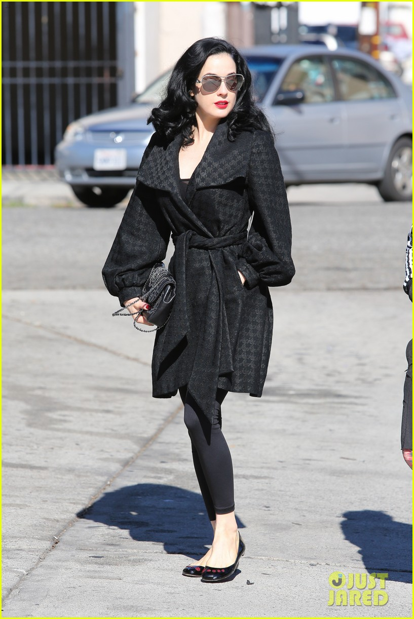 dita von teese hugos tacos for lunch 12
