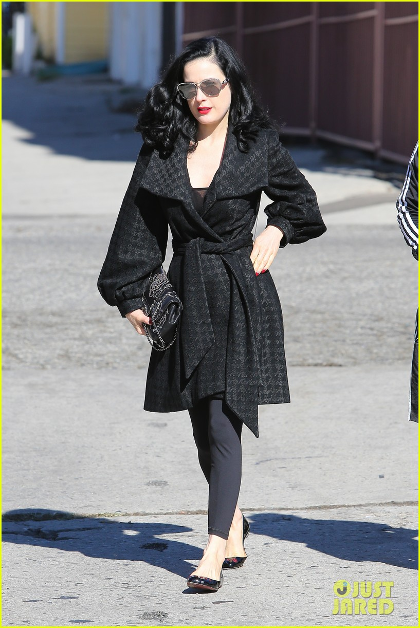 dita von teese hugos tacos for lunch 14
