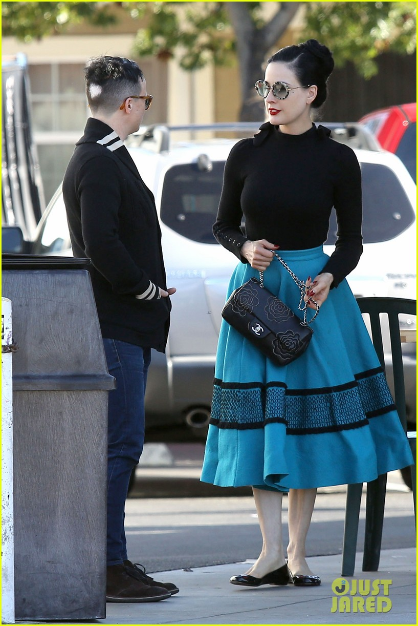 dita von teese hugos tacos for lunch 213000021