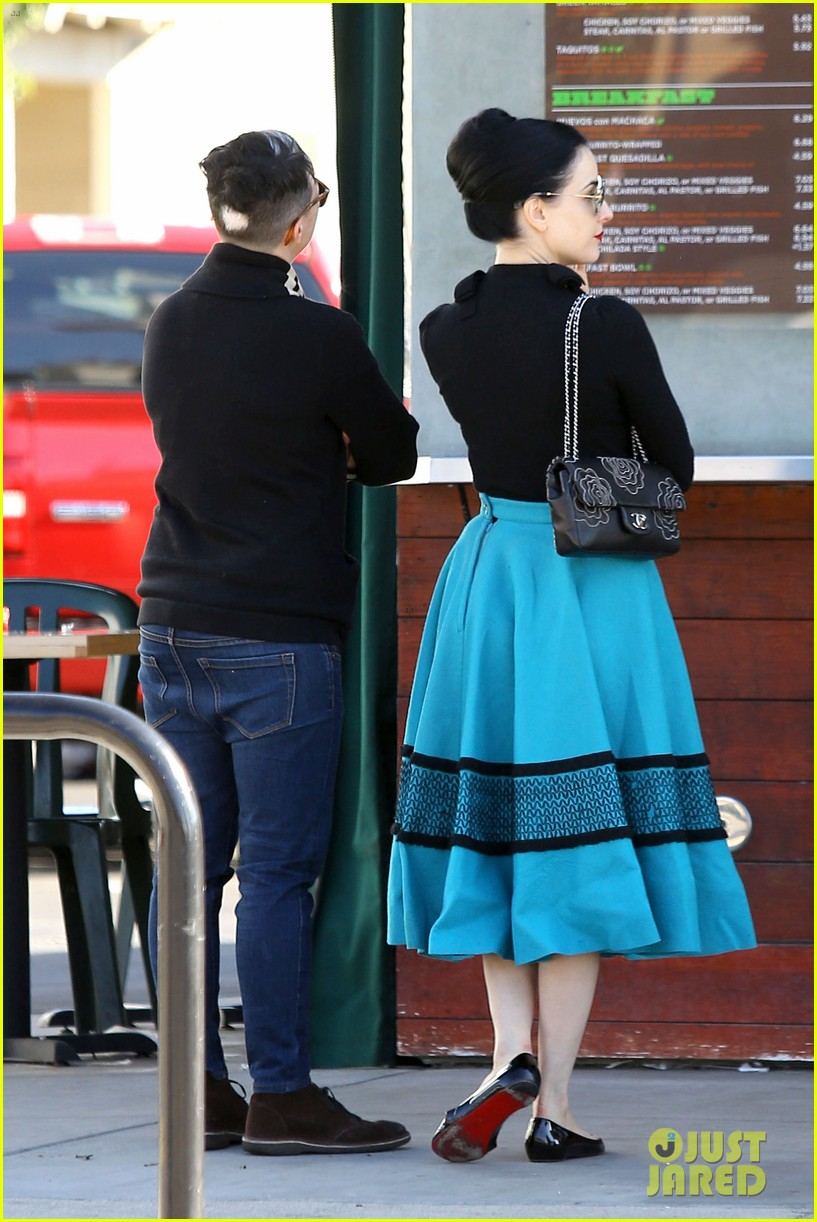dita von teese hugos tacos for lunch 233000023