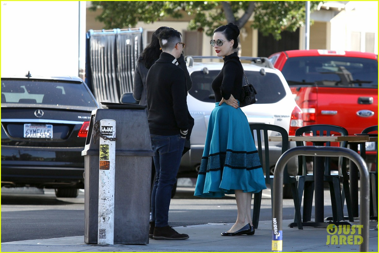 dita von teese hugos tacos for lunch 293000029