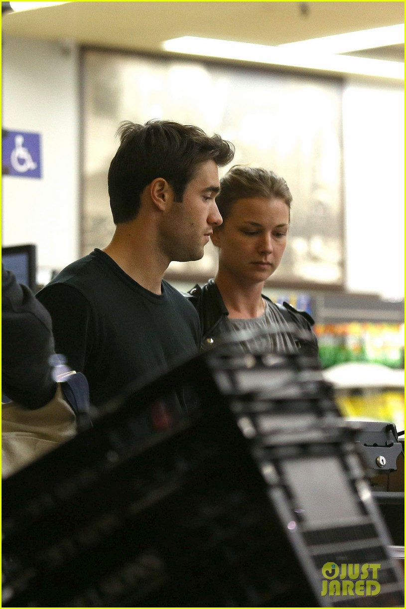 emily vancamp josh bowman grab late night groceries 072987735