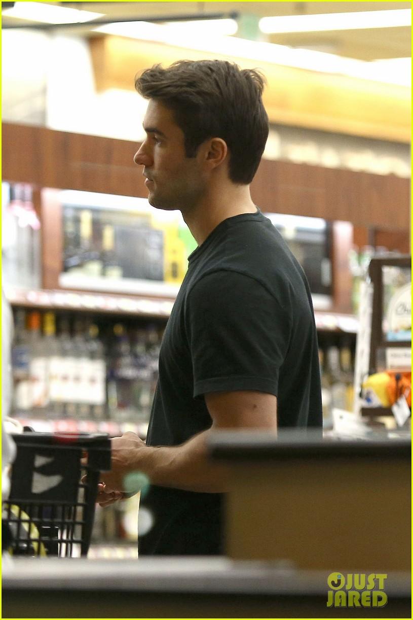 emily vancamp josh bowman grab late night groceries 092987737