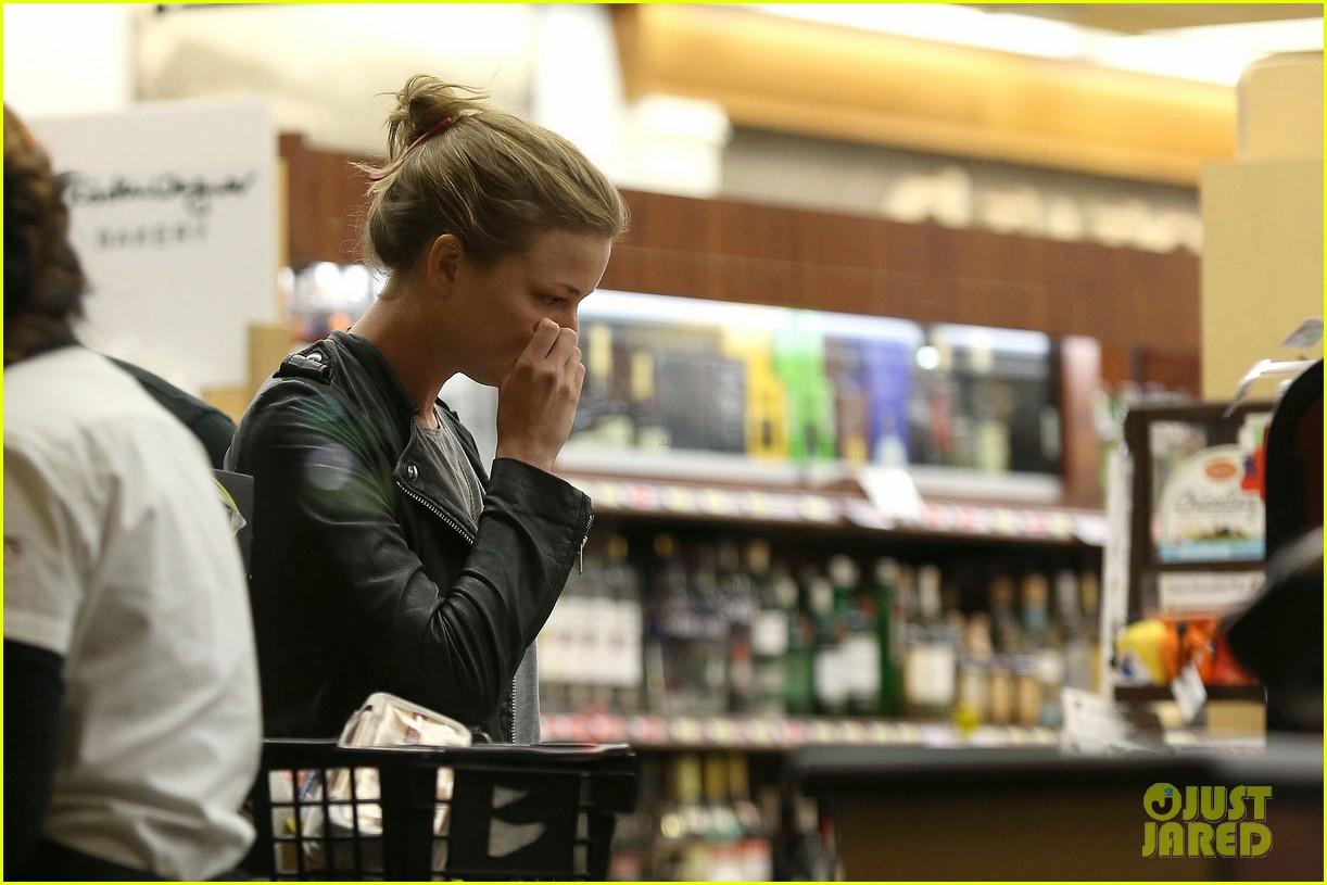 emily vancamp josh bowman grab late night groceries 122987740