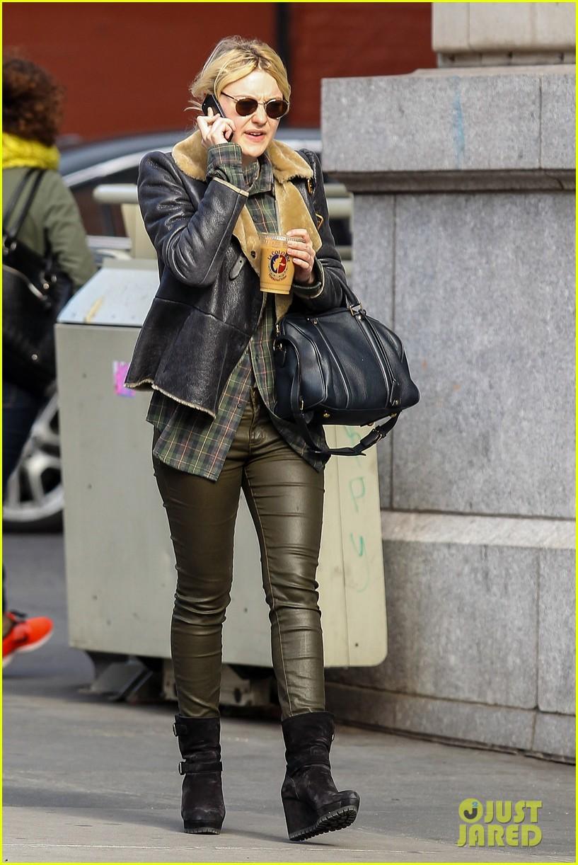 dakota fanning back in new york after franny filming 072991058