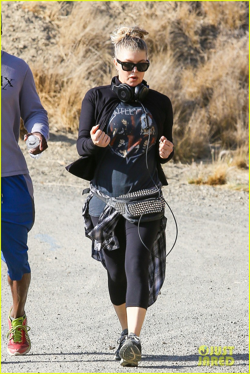 fergie rocks out with motley crue for sunday afternoon hike 16