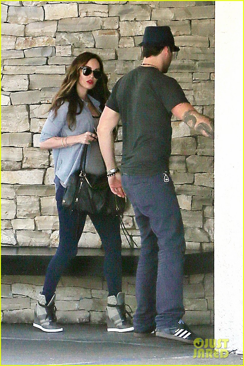 megan fox covers baby bump at lunch with brian austin green 032991998