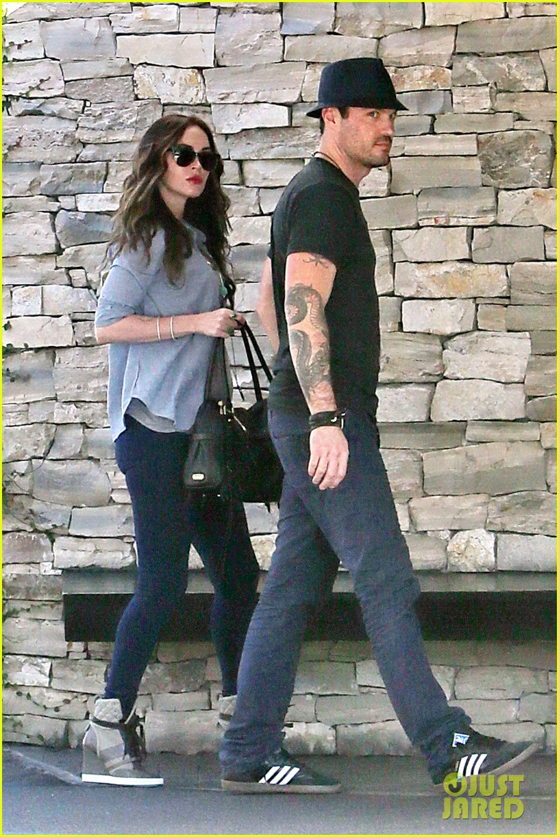 megan fox covers baby bump at lunch with brian austin green 042991999