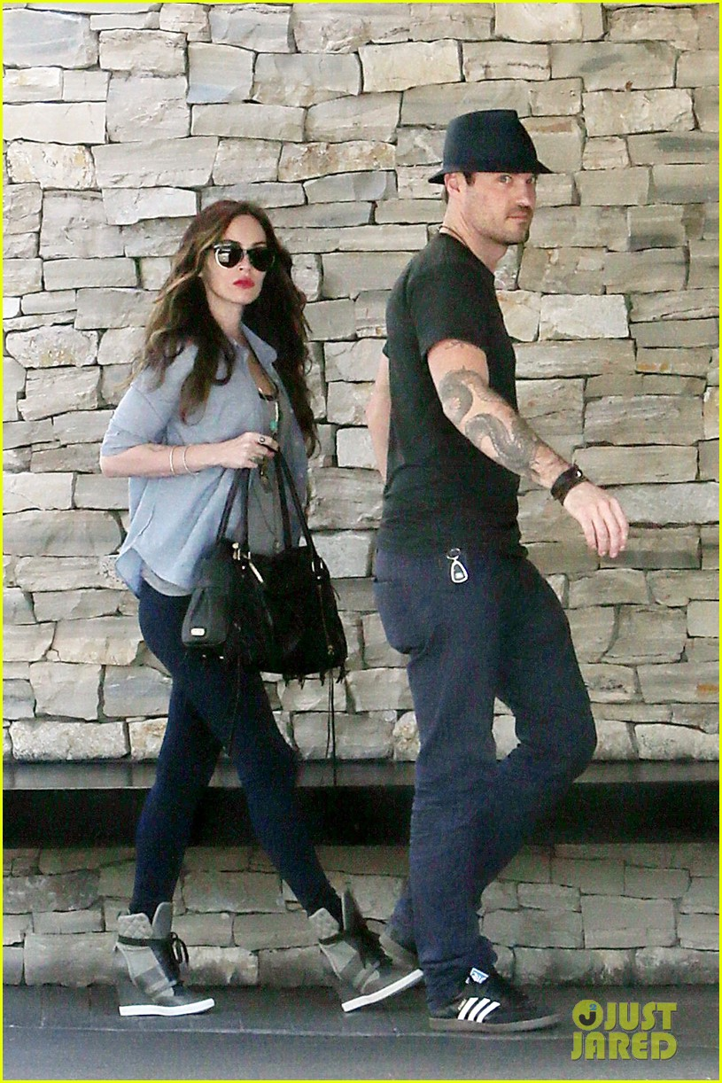 megan fox covers baby bump at lunch with brian austin green 072992002