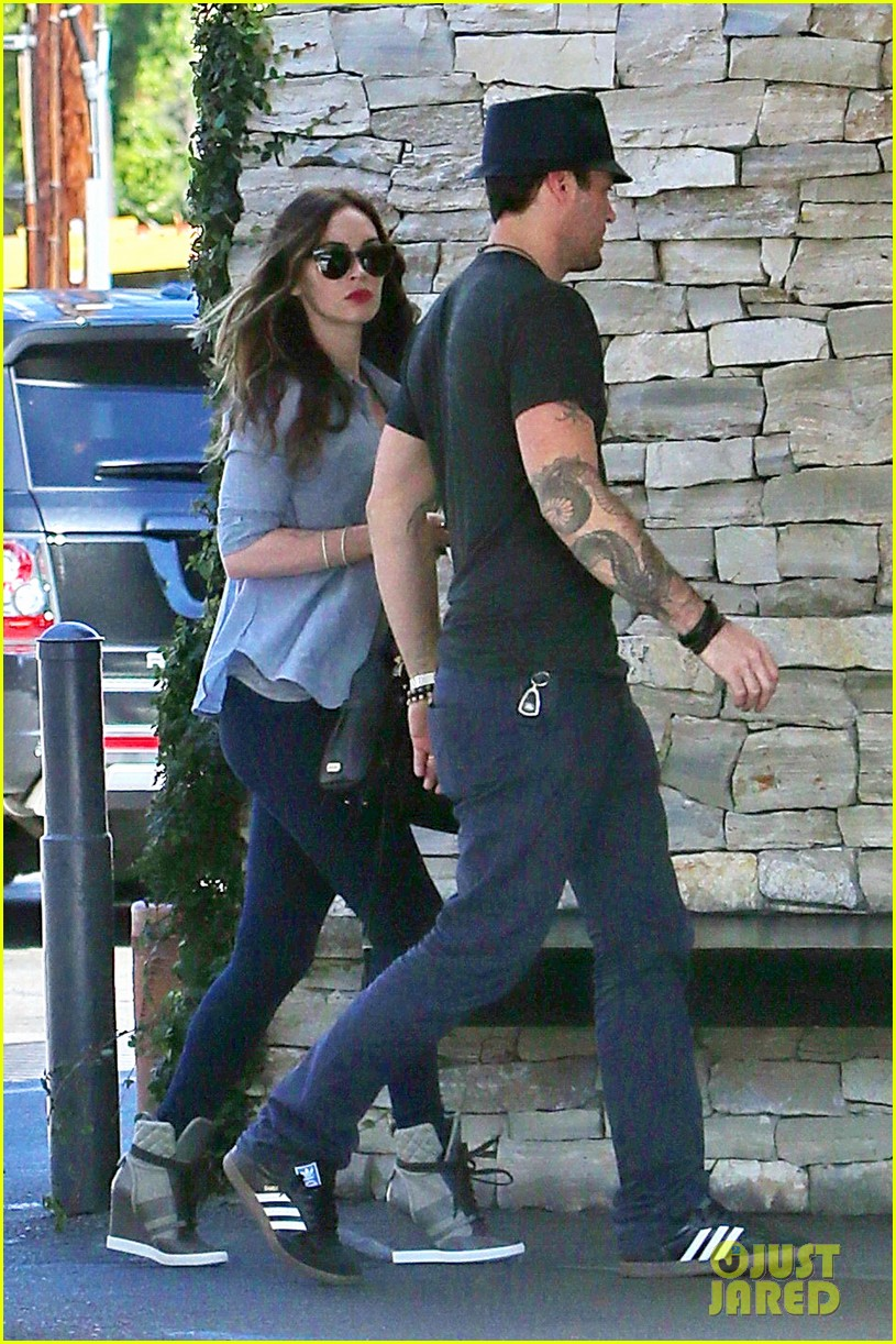 megan fox covers baby bump at lunch with brian austin green 102992005