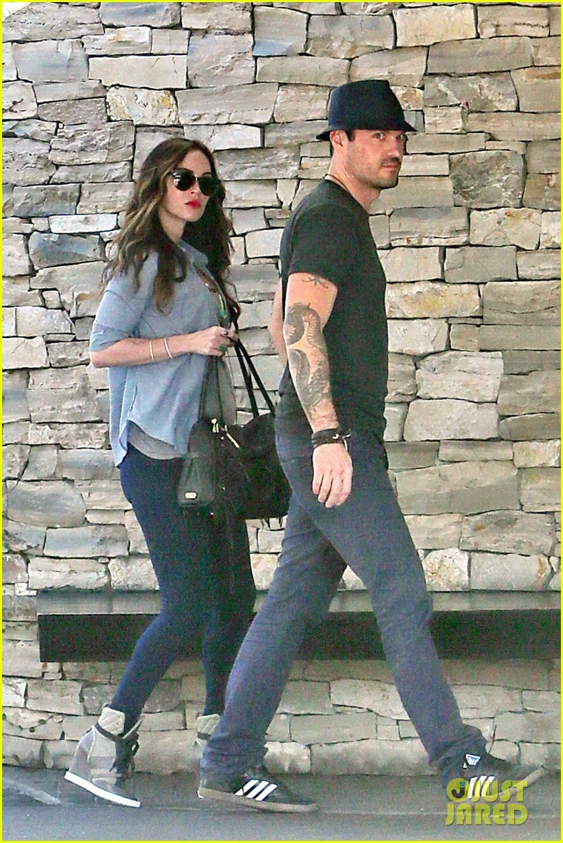 megan fox covers baby bump at lunch with brian austin green 132992008
