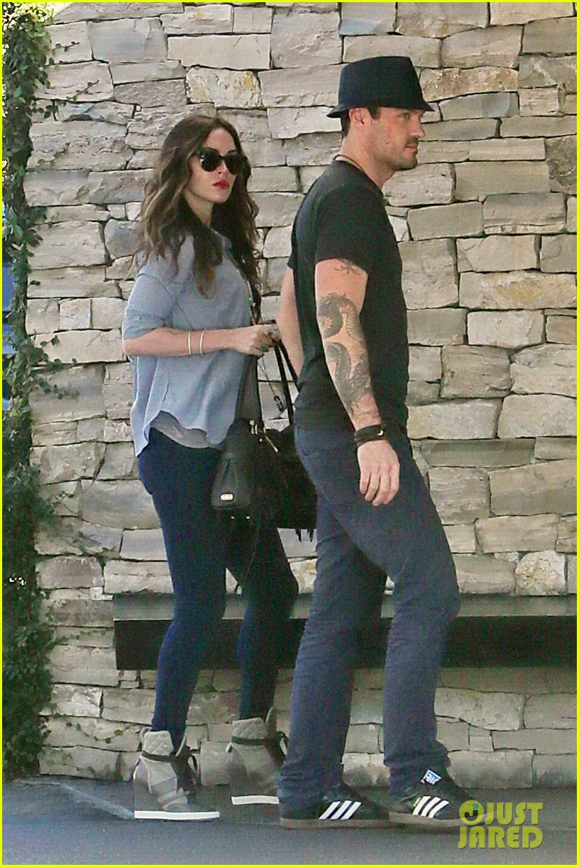 megan fox covers baby bump at lunch with brian austin green 152992010