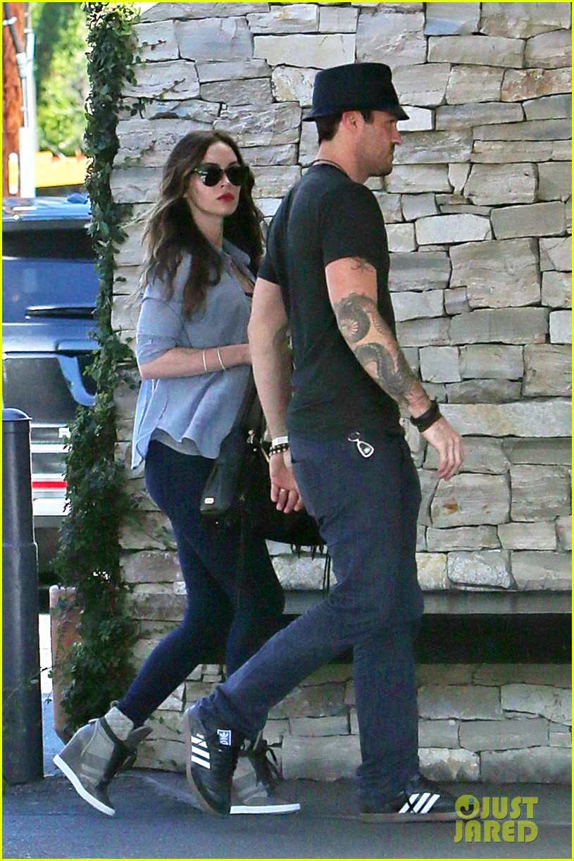 megan fox covers baby bump at lunch with brian austin green 16