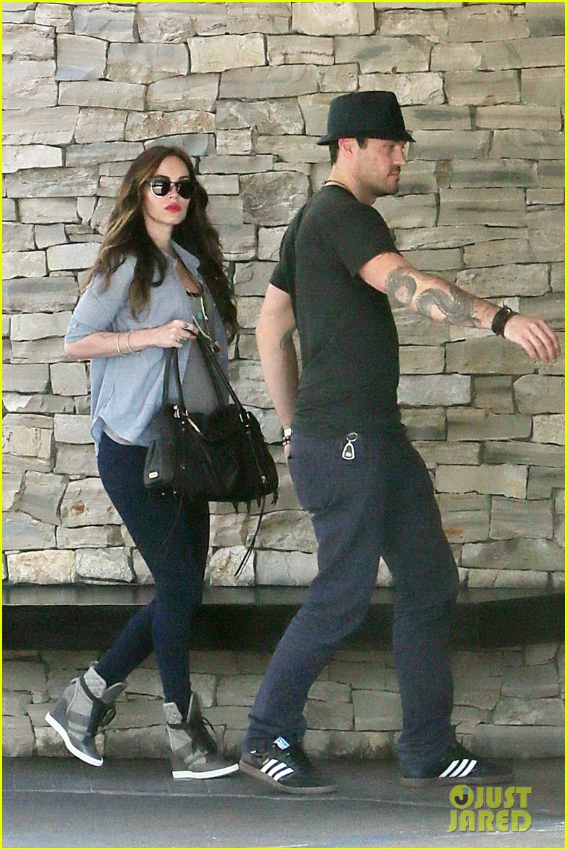 megan fox covers baby bump at lunch with brian austin green 172992012