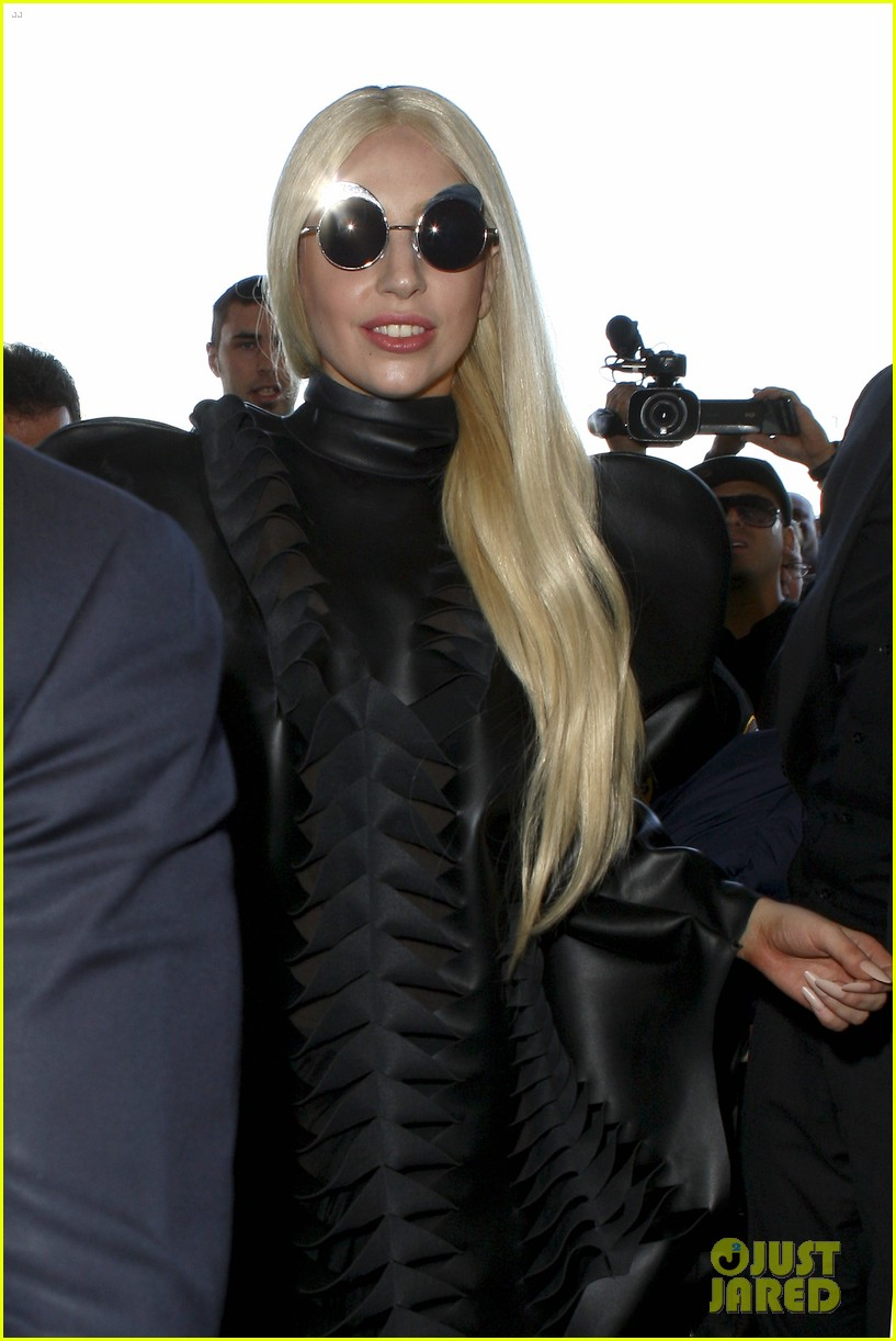 lady gaga catches flight to tokyo after amas 043000076