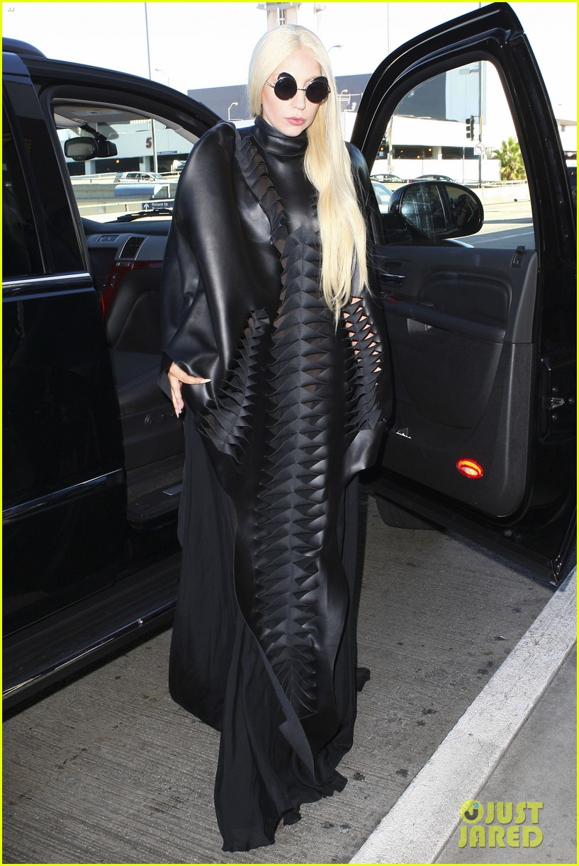lady gaga catches flight to tokyo after amas 113000083