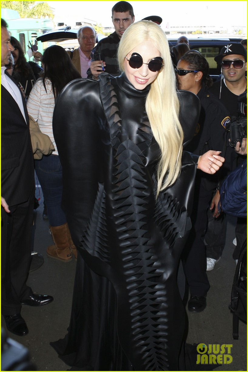 lady gaga catches flight to tokyo after amas 123000084