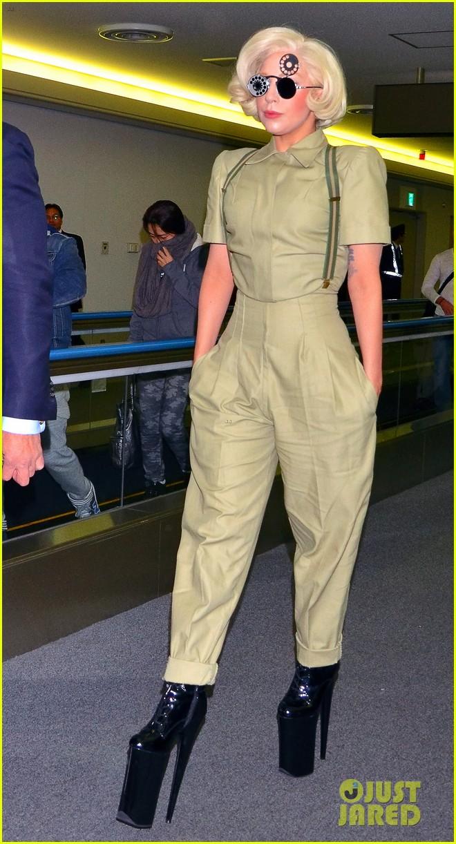 lady gaga arrives in tokyo to promote artpop 023000516