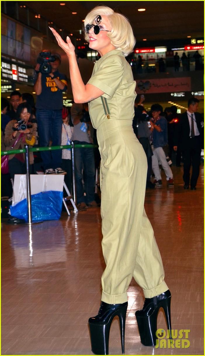 lady gaga arrives in tokyo to promote artpop 033000517