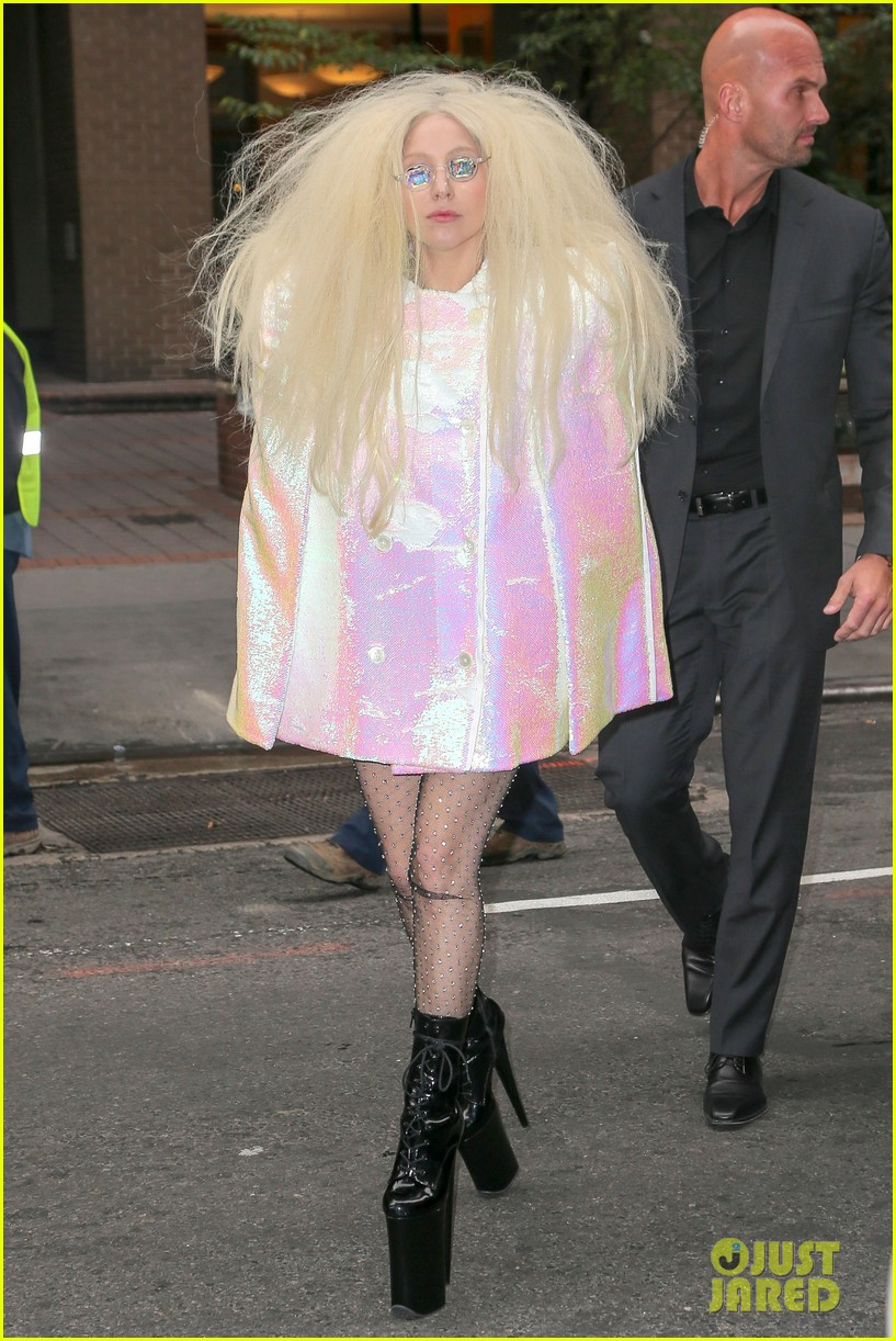 lady gaga warns fans against andy cohens perfume 052991076