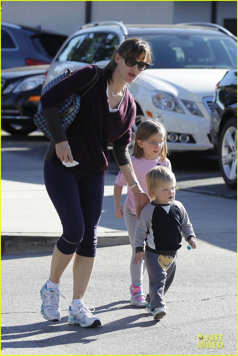 jennifer garner errands with kids after halloween 112984617