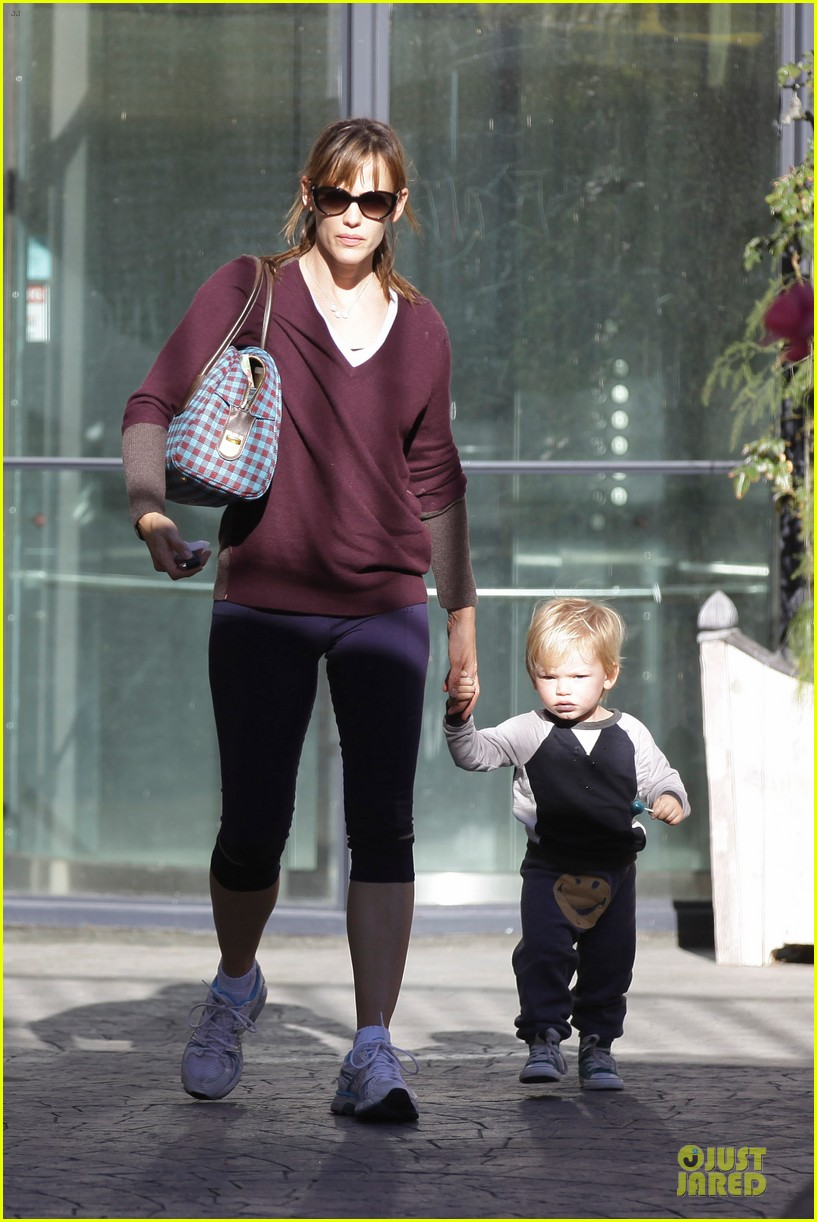 jennifer garner errands with kids after halloween 132984619