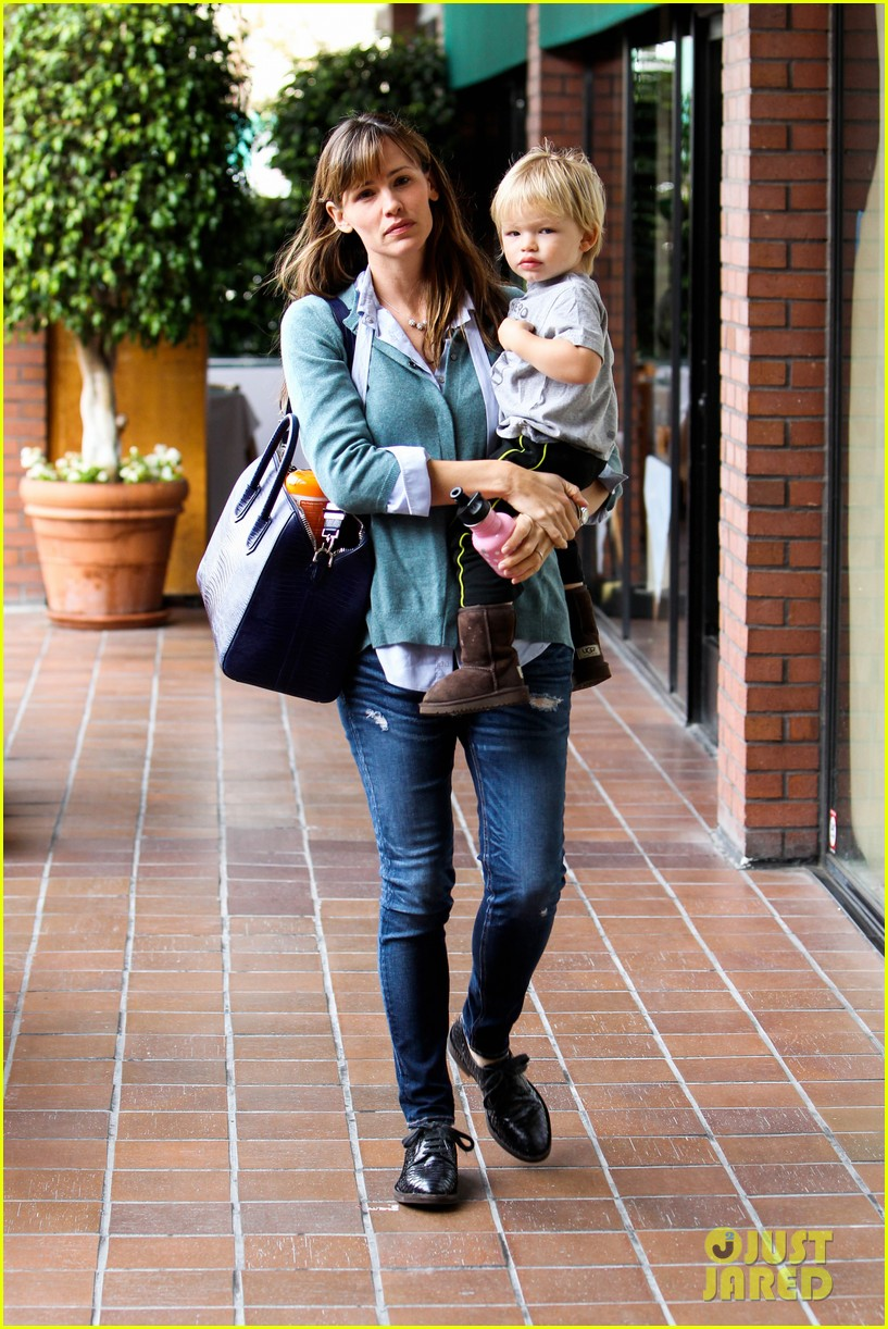 jennifer garner kicks off week with family time 072996030
