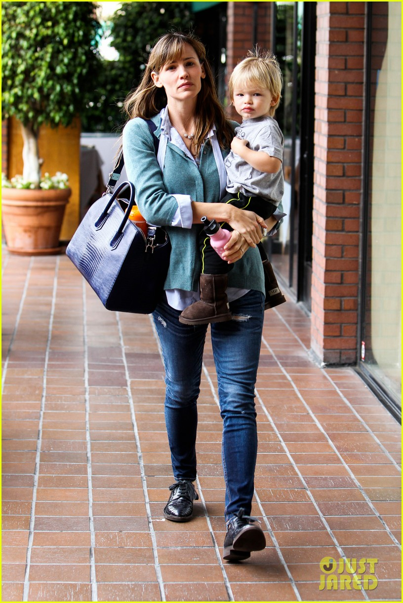 jennifer garner kicks off week with family time 102996033