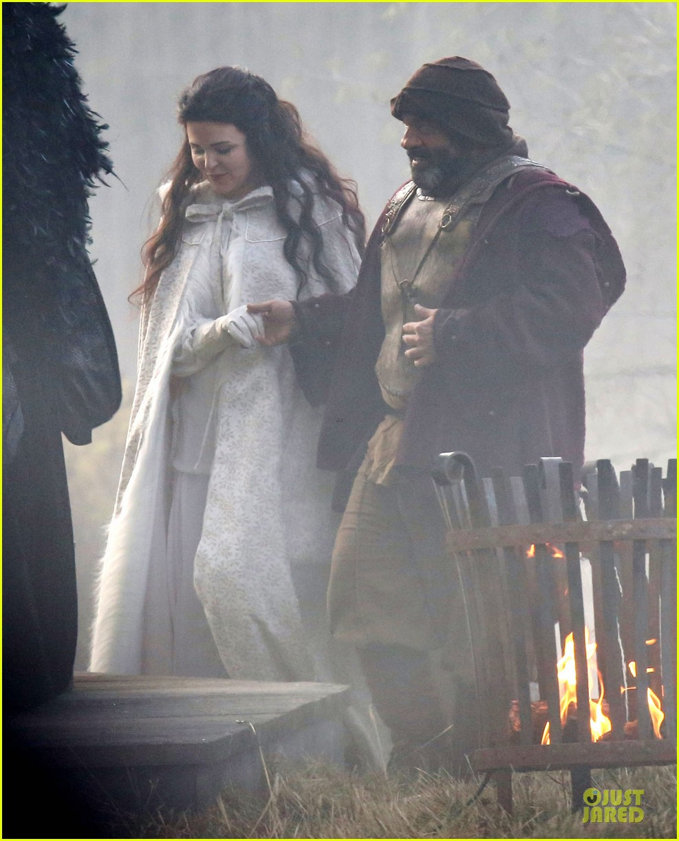 ginnifer goodwin covers baby bump on once set 043000385