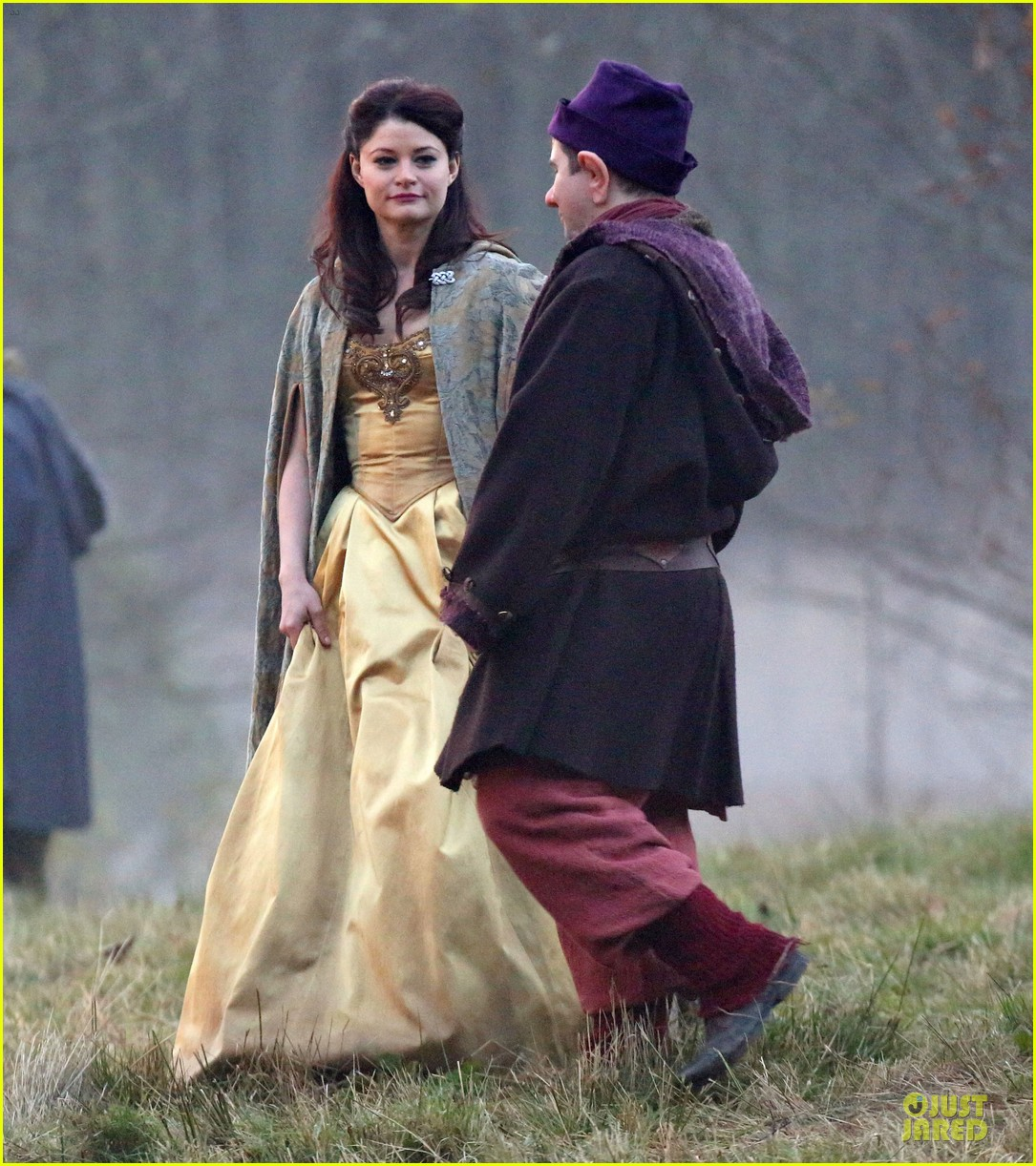 ginnifer goodwin covers baby bump on once set 053000386