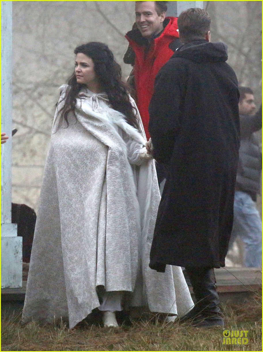 ginnifer goodwin covers baby bump on once set 073000388