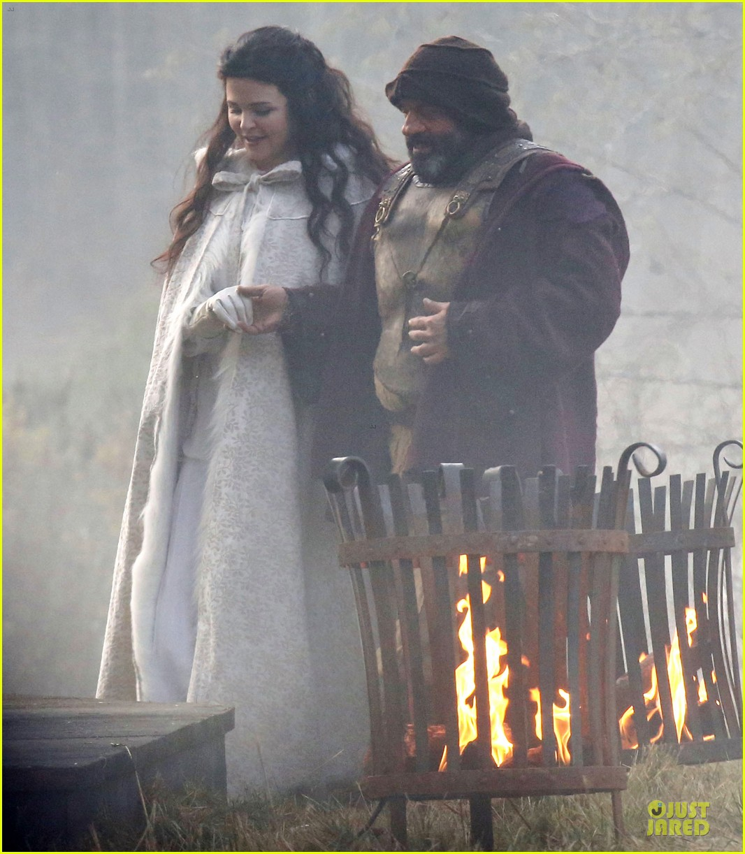 ginnifer goodwin covers baby bump on once set 143000395