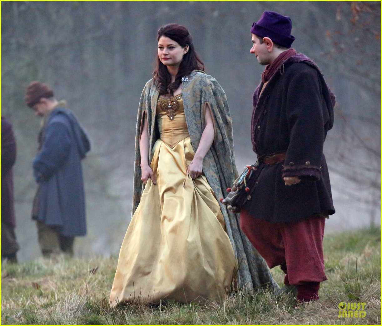 ginnifer goodwin covers baby bump on once set 163000397