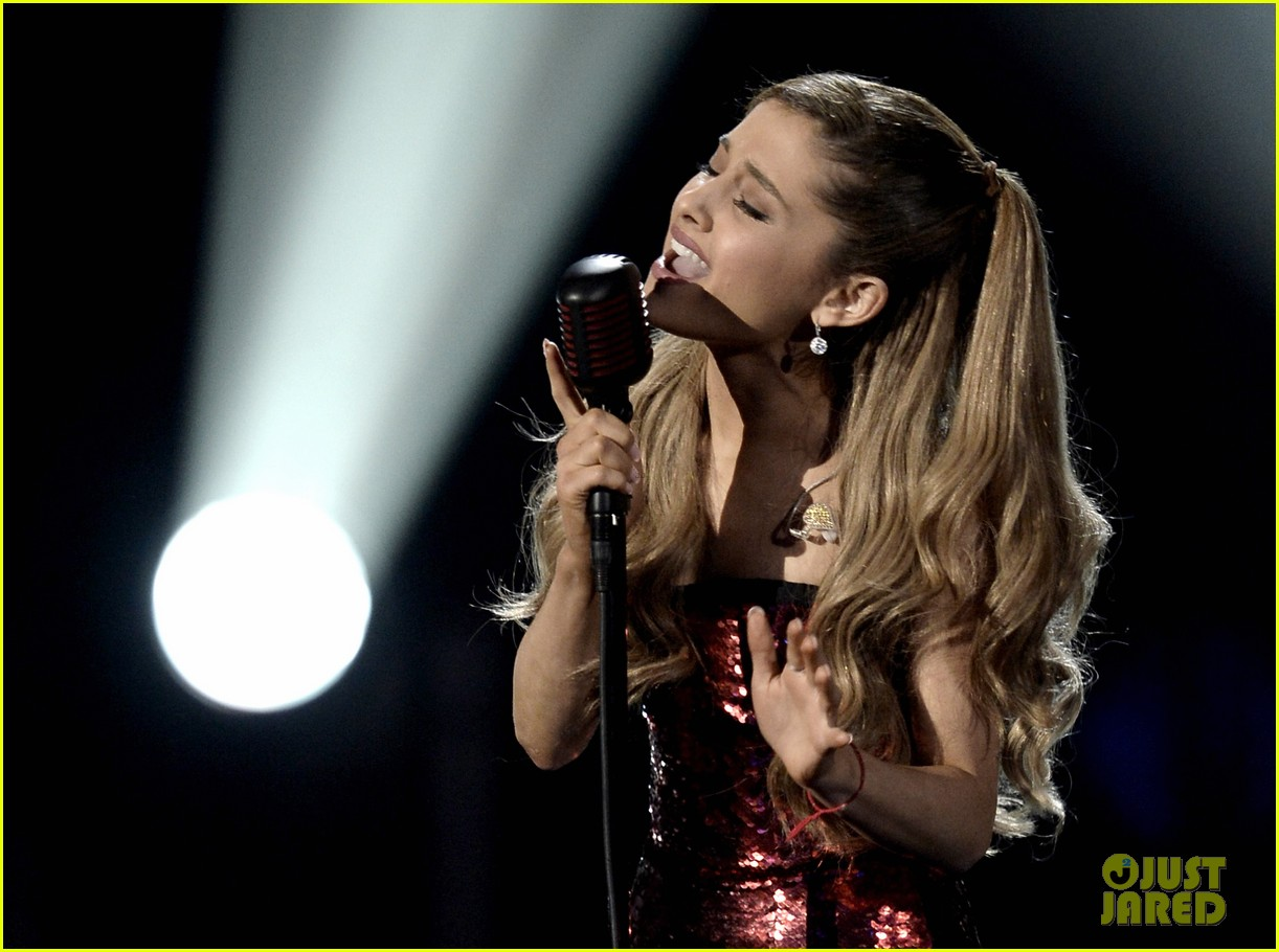 ariana grande sings tattooed heart at amas 2013 video 062999524