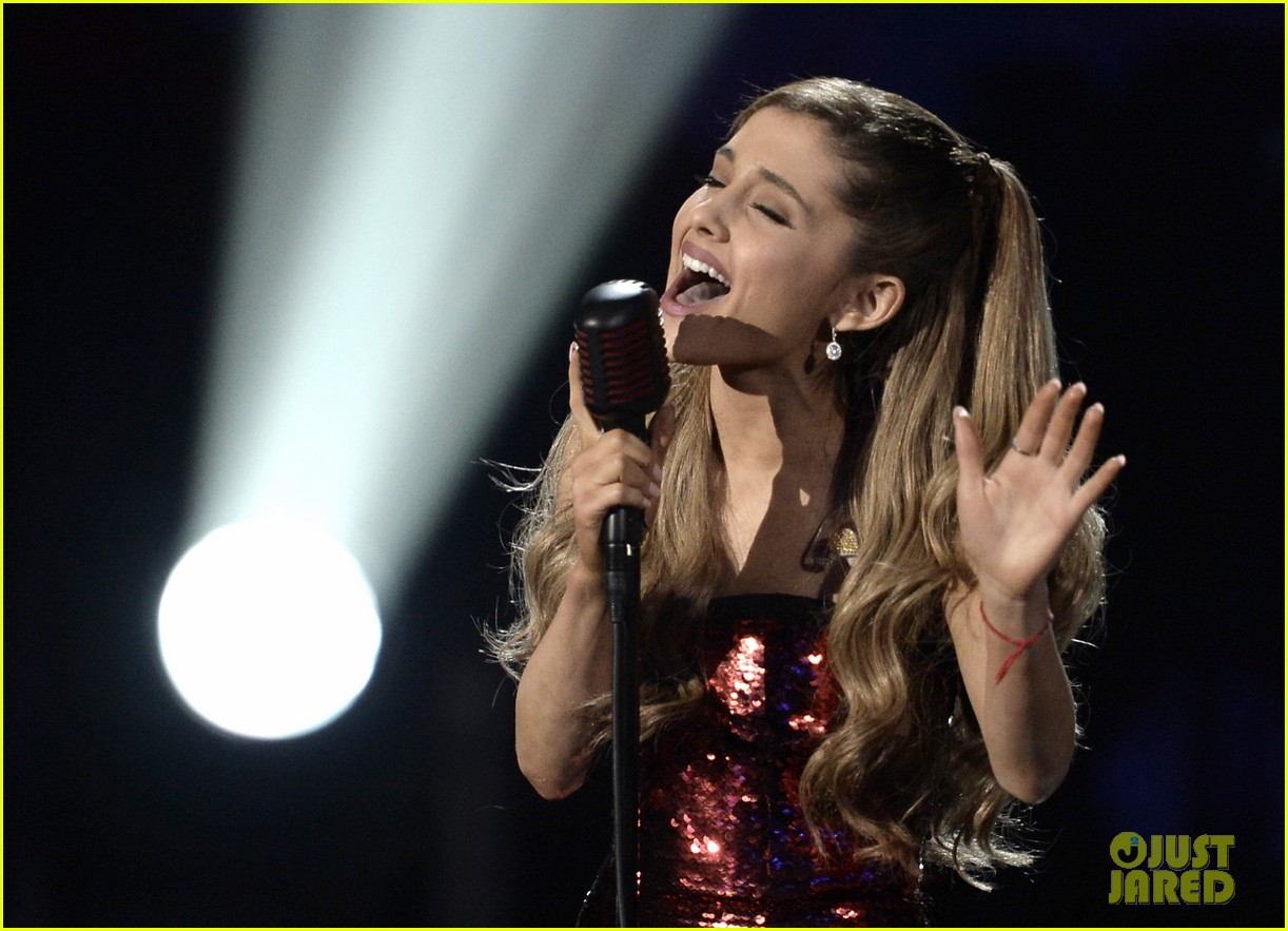 ariana grande sings tattooed heart at amas 2013 video 072999525